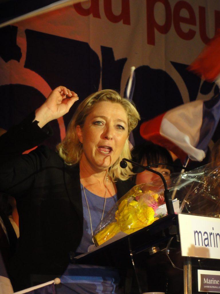 Hénin-Beaumont_-_Marine_Le_Pen_au_Parlement_des_Invisibles_le_dimanche_15_avril_2012_(M)-1